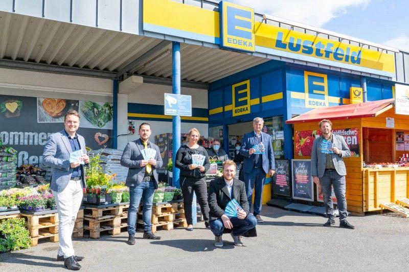 Bürgermeister Dominic Herbst übergibt an Edeka-Marktleiter Alexander Dutt und Nancy Hanekamp aus der Edeka Geschäftsleitung zusammen mit Wirtschaftsbetriebe Unternehmenssprecher Steffen Schlakat und Geschäftsführer Dieter Lindauer sowie Balneon-Betriebsleiter Florian Lampe (von links) die Danke-Tickets.