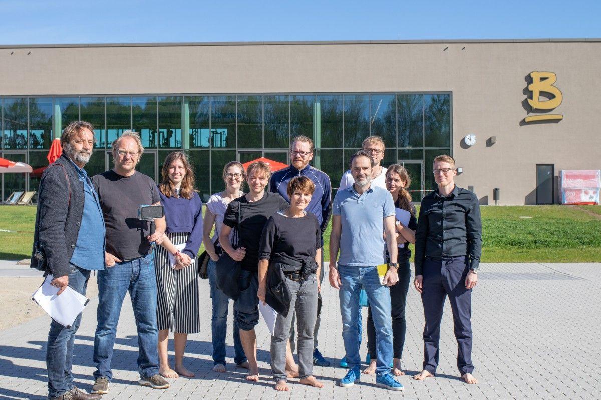Andreas Mrazek, Christina Rausch, Sarah Biermann und Gina Lechelt stimmen sich mit Konfetti und Luftschlangen am Naturbadesee auf den Geburtstag ein.
